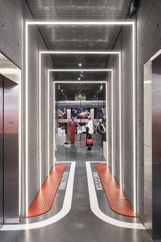 Welcome to VRing Station: Ssense's new Valentino pop-up is all about shared space - News - Frameweb Gym Design, Retail Design, Loft Design, Design Lab, Design Concepts, Corridor Design, Retail Interior, Retail Shop, Visual Merchandising