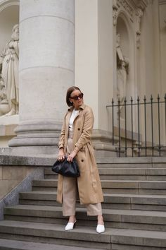 Nanushka Trenchcoat & Bottega Veneta 'The Pouch' - Style Appetite New York Fashion, Trend Fashion, Autumn Fashion, Fashion Outfits, Fashionable Outfits, Grey Boots Outfit, Heutiges Outfit, Trench Coat Outfit, Leather Trench Coat
