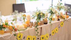 めちゃくちゃお気に入りの#メインテーブル装花 ♡♡ ゲストテーブル近くてよくわかる?写真があまりないー。 黄色がテーマカラーだった私たちの結婚式☺︎✴︎ ブーケにもつかった#マトリカリア とか、#かすみ草 とかシルバー系の葉物とか、#アイビー とかつた系も☺︎ ナチュラルな感じに、ラフィアの紐とか巻いた瓶に…♡♡♡ あまりわからないけど、木の実やコットンや松ぼっくりとかも置いてもらって、冬っぽいあったかいかんぢも出してもらいました♡ そして、何よりも、#キャンドル ♡に、ラフィアの紐や、麻紐も巻いてもらって、切り株も♡♡ 切り株は絶対やりたくって☺︎ お花屋さんが取り寄せてくれた小さめの切り株と、奈良の木のお店に買いに行った奈良の切り株もつかった✴︎笑 そして、#レモン とかのフルーツも一緒に☺︎☺︎♡♡ よく見たら、ジェンガもおしゃれに飾って下さってましたーー♡♡♡✴︎ なんかいろんな花材でまとまりなくらないかとかも不安やったけど、かわいすぎて、メインテーブル到着してから、かわいすぎて発狂〜笑 隣の旦那にお話かわいすぎるって連呼してました♡笑…