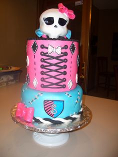 Monster High birthday cake. Need something like this for my daughter in September, but maybe on a smaller scale lol!