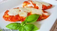 Piept de pui alla pizzaiola este o reteta cu specific italian prin care este pregatit pieptul de pui intr-un mod gustos si sanatos. Ingredientele necesare sunt foarte putine iar preparatul este chiar simplu de realizat. Iata ingredientele: piept de pui, sos de rosii, mozzarella proaspata, busuioc proaspat, sare si piper. Caprese Salad, Stuffed Peppers, Chicken, Vegetables, Recipes, Food, Stuffed Pepper, Essen, Insalata Caprese