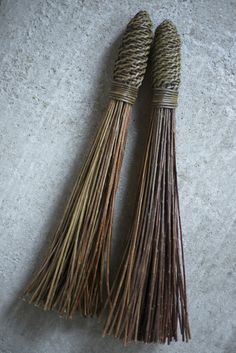 A beautiful plaited decorative willow brush, which sits beautifully on the wall or in the hand. The brush section is approximately in diameter. Brooms And Brushes, Basket Weaving, Beautiful, Paint Brushes, Macrame, Weave, Fiber, Dining Room, Construction