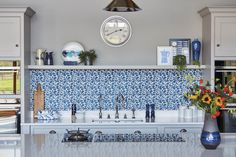 This impeccable bespoke blue fitted kitchen design from our Hartford collection is inspired by original Shaker design. It's both contemporary and cosy bringing together a host of practical features including clever storage solutions to create a family kitchen that's perfect for everyday living and entertaining.