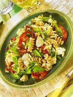 Un piatto adatto a chi ha poco tempo e desidera una ricetta vegetariana sfiziosa. I Fusilli integrali con rucola e quartirolo sono buoni e ricchi di fibre.