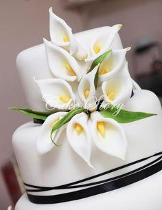 Calla lilly wedding cake Calla Lillies Wedding, Calla Lily Cake, Cake Decorating, Wedding Cakes, Mendoza, Weddings, Cake, Party, Cake Art