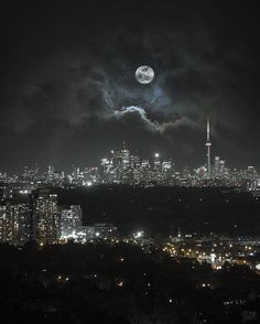 17 dazzling photos of Toronto at night Toronto City, Toronto Canada, Toronto Skyline, Downtown Toronto, Night Aesthetic, City Aesthetic, Backpacking Canada, Canada Travel, Toronto Photography