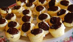 Learn how to make these delightful Boston Cream Pie Minis! Fill the cupcakes with vanilla, and then top them with chocolate for the perfect finishing touch! Boston Cream Pie Minis: makes Cake: 1 box yellow cake mix Ww Desserts, Weight Watchers Desserts, Healthy Desserts, Dessert Recipes, Healthy Recipes, Healthy Food, Delicious Deserts, Lemon Desserts, Healthy Meals