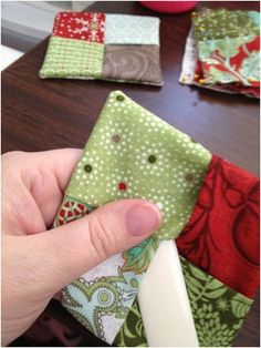 Holiday Mug Rug tutorial - quick and cute!You can find Mug rugs and more on our website.Holiday Mug Rug tutorial - quick and cute! Mini Quilts, Small Quilts, Easy Sewing Projects, Sewing Projects For Beginners, Sewing Crafts, Sewing Tips, Sewing Hacks, Sewing Tutorials, Sewing Ideas