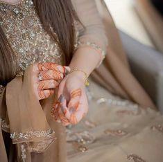 Mehndi Designs For Girls, Mehndi Art Designs, Girl Photography Poses, Bridal Photography, Stylish Photo Pose, Mehndi Dress, Mehendi, Indian Wedding Makeup, Pakistani Wedding Outfits