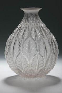 """René Lalique (1860-1940) - Vase modèle """"Malesherbes"""" en verre moulé pressé blanc satiné - signé - Hauteur : 23 cm Bibliographie : modèle 1014 du catalogue Marcilhac"""