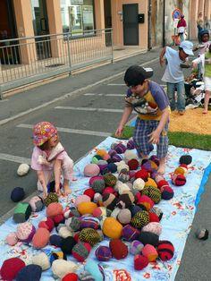 Una strada di erba e di palle rivestite con lane e tessuti colorati
