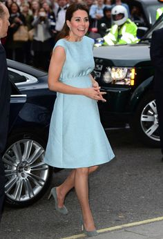 Wunderbarer Schwangerschaftslook in  #hellblau: Kate Middleton #Schwangerschaftskleid #Umstandskleid: http://www.fashionmama.de/umstandsmode/jackie-kennedy-look-schwangere/  Wonderful maternity dress in #lightblue: Kate Middleton  #maternity #maternitydress