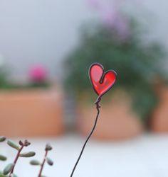 Pour cette semaine dédiée au jardin, j'avais dans l'idée de fabriquer des tuteurs décoratifs en métal pour les petits plants en pleine pousse. Le temps que ces derniers soient assez grands pour passer à de vrais tuteurs. Entre-temps, je suis tombée littéralement...