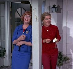 Elizabeth Montgomery and Agnes Moorehead. Sam and Endora. Agnes Moorehead, Endora Bewitched, Bewitched Tv Show, Bewitched Elizabeth Montgomery, Erin Murphy, Cinema Tv, Beautiful Witch, Old Shows, Vintage Tv