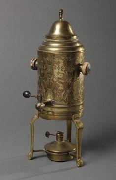 Heißwasserspender, Messing, wohl deutsch, um 1900, auf 3 gekanteten Beinen, zylindrischer Korpus, s — Varia