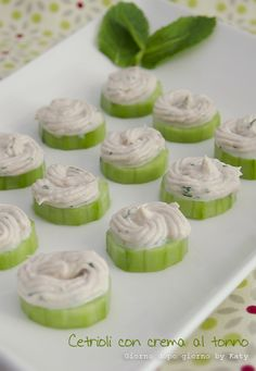 Cetrioli con crema di tonno e menta, antipasto leggero ๏~✿✿✿~☼๏♥๏花✨✿写❁~⊱✿ღ~❥ SU Jun ~♥⛩☮️ Party Finger Foods, Finger Food Appetizers, Appetizers For Party, Appetizer Recipes, Antipasto, Tapas, Food C, Appetisers, Creative Food