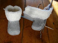 Tuto little booties fur boots - Knitting 01 Baby Booties Knitting Pattern, Knitted Booties, Knitted Slippers, Crochet Baby Booties, Baby Knitting, Knitted Baby, Baby Boy Booties, Baby Boots, Gestrickte Booties