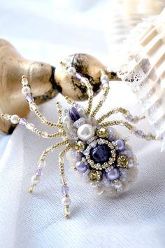 Agija Rezcova. Spider brooch. Nature jewelry insect by BeadedNatureJewelry #AgijaRezcova