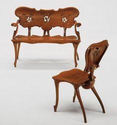 Antonio Gaudi - Casa Calvet - Gaudí diseñó el mobiliario de la casa, realizado con formas orgánicas muy del gusto del arquitecto. Utilizó un sistema de machihembrado, sin clavos ni tornillos. La ebanistería corrió a cargo de la empresa Casas i Bardés