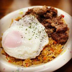 お昼ご飯。 #肉 #卵 #ニンニク #好きなもの詰め込み #野菜なんてしるかランチ #せめて緑を #パセリ(笑) #ばあちゃんとご飯