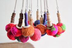 Collier pompons multicolores, perles jaunes et acier inoxydable. Ethnique chic. : Collier par brimborion
