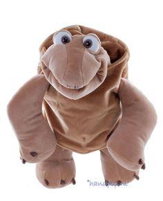 Sammy is een vriendelijke, 54 cm grote, mooi uitgevoerde schildpad handpop van Living Puppets. Het schild om zijn lijf zit los en kan ook afgedaan worden.