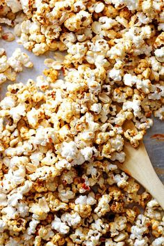 Sriracha peanut kettle corn made with sriracha sauce, sugar and white popcorn kernels -- the perfect spicy-sweet snack! Healthy Snack Options, Easy Snacks, Healthy Snacks, Night Snacks, Yummy Snacks, Healthy Eats, Popcorn Recipes, Caramel Recipes, Snack Recipes