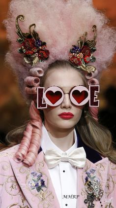 The complete Dolce & Gabbana Fall 2018 Ready-to-Wear fashion show now on Vogue Runway. Fashion Kids, New Fashion, Runway Fashion, Fashion Show, Milan Fashion, High End Fashion, White Fashion, Street Fashion, Fashion Brands