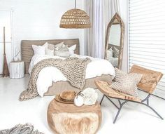 Idées chambre à coucher design en 54 images sur Archzine.fr Organic bedroom, with a rattan pendant light, wood table, wood chair and wood mirror with brown and white colors. Love the neutral palette for this room. Home Bedroom, Modern Bedroom, Bedroom Furniture, Furniture Design, Bedroom Decor, Bedroom Rustic, Bedroom Ideas, Wood Furniture, Minimalist Bedroom