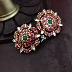 Check out the jewellery trend of wearing huge antique ear studs taking everywhere! Source by neelima Antic Jewellery, Antique Jewellery Designs, Indian Jewelry Earrings, Big Jewelry, Golden Jewelry, Jewelry Design Earrings, Gold Earrings Designs, Silver Jewelry, Gold Jewellery