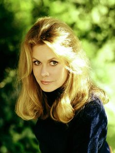 Born on this day in the beautiful and talented Elizabeth Montgomery. Montgomery passed away in 1995 – today would be her birthday. Bewitched Elizabeth Montgomery, Divas, Agnes Moorehead, Actrices Hollywood, Farrah Fawcett, Lucille Ball, Classic Beauty, Hollywood Stars, Classic Hollywood