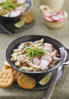 Pozole con pavo- Añadiendo carne de pavo a la tradicional receta de pozole, crearás una nueva versión de un clásico Mexicano.