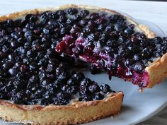 A delicious blueberry shortbread cake in a vanilla cream . Gourmet Desserts, Mini Desserts, Sweet Recipes, Cake Recipes, Dessert Recipes, Shortbread Cake, Blueberry Pie Recipes, Kolaci I Torte, Sweet Tarts