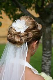 bruidskapsels opgestoken met sluier
