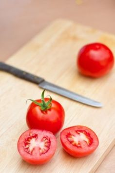 powerful antioxidants in tomatoes will eliminate free radicals on the skin.