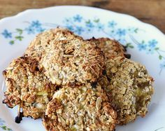 Koekjes waar je zonder schuldgevoel van kunt snoepen, met deze gezonde havermoutkoekjes kan dat! Ik deel het recept met je in een video. Healthy Cookies, Healthy Baking, Healthy Desserts, Healthy Recipes, Dutch Recipes, Low Carb Recipes, Sugar Free Vegan, Good Food, Yummy Food