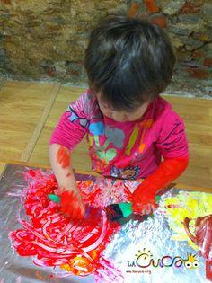 La cuca, espai de criança: Pintar sobre paper de plata