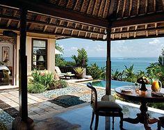 フォーシーズンズリゾート バリ、ジンバラン湾 > Deluxe Ocean View One Bedroom Villa >  デラックスオーシャンビュー1ベッドルームヴィラは、バリの伝統的な建築様式が美しい、独立したヴィラです。塀で囲まれた専用のトロピカルガーデン内にあり、テラスからは壮大なジンバラン湾の眺めをご覧いただけます。屋内および屋外スペースを合わせて200平方メートルという、ゆったりとした造りになっています。