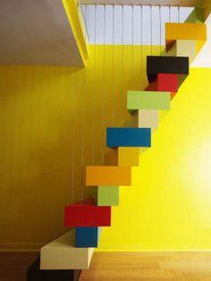 Sept coloris - Un escalier à pas japonais égaye un duplex parisien