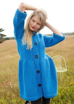 Blauen Mantel selber stricken mit einer Strickanleitung aus Rebecca- mein Strickmagazin und dem ggh-Garn ASPEN (50% Schurwolle fein/ 50% Polyacryl).  Garnpaket zu Modell 18 aus Rebecca Nr. 56