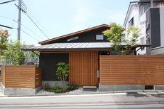お孫さんが喜ぶ スキップフロアのお家:大阪の注文住宅、木の家の一戸建てなら工務店「コアー建築工房」 Driveway Design, Japanese Aesthetic, House Elevation, Japanese Architecture, Fence Gate, Japanese House, House Roof, Facade, Garage Doors