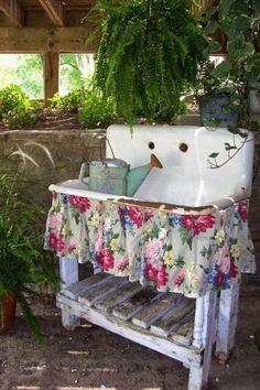 Vintage Garden Decor, Vintage Gardening, Diy Garden Decor, Garden Decorations, Garden Ideas, Patio Ideas, Roof Ideas, Country Cottage Garden, Farmhouse Garden
