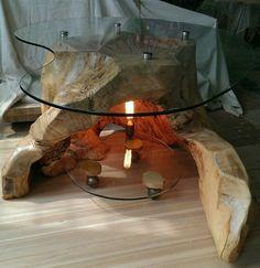 Стол кофейный из пня клёна с стекляной крышкой и полчкой с лампоой.