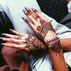 Depuis peu les mains sont devenues un détail fashion à ne pas négliger. Outre le nail art, il faut aussi compter sur la multiplication de...