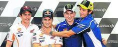 Valentino Rossi se lanza al cuello de un sonriente Dani Pedrosa, ante la presencia de Marc Márquez y Jorge Lorenzo tras la rueda de prensa de Losail - Mundo deportivo