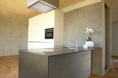 pasifa häuser güttingen schweiz : Minimalistische Küchen von airarchitekten ag