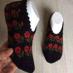 Image may contain: shoes – Knitting News Knitted Gloves, Knitting Socks, Fingerless Gloves, Crochet Home, Knit Crochet, Shoe Image, Easy Crafts For Kids, Crochet Slippers, Baby Knitting Patterns