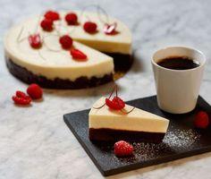Ljuvlig tårta med kladdig chokladbotten och krämig vit chokladpannacotta. Perfekt att bjuda chokladälskaren på tillsammans med en kopp nybryggt kaffe! Dekorera med hallon som också bryter av sötman på ett bra sätt.