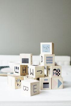 Prachtige houten letterblokken met pastelkleurige en grafische afbeeldingen.
