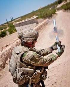 A US Army soldier fires a star cluster pyrotechnic into the sky to make their location visible to Turkish military forces on the other side of the demarcation line outside Manbij Syria July 16 Armas Airsoft, Us Army Soldier, Turkish Military, In Harm's Way, Military Police, Military Aircraft, Star Cluster, Armada, United States Army